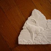 Ergänzt mit dem Matterhorn im Hintergrund wird das Relief in Plastilin modelliert und anschliessend in Gips gegossen.