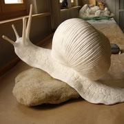Da das Tier direkt auf dem Stein modelliert wurde, passt sich der Fuss der Schnecke der Form des Steins an.