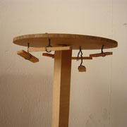 Diese komische Holzkonstruktion dient als Stütze für das Modell eines Patissonkürbis.