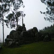 Santiaguiño do Monte (Padrón) Cuenta la tradición que en las rocas predicó el Apóstol Santiago que con su báculo hizo brotar la fuente debajo de la ermita.