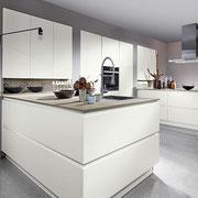 Cuisine  blanche et bois design et moderne haut de gamme par Cuisine Intérieur Design Toulouse