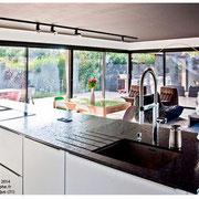 Cuisine ouverte avec plan de travail en granite par Cuisine Intérieur Design Toulouse