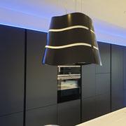 Cuisine ouverte haute de gamme noire mat avec éclairage led par Cuisine Intérieur Design Toulouse