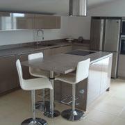 Cuisine intérieur design blanche et grise plan de travail en granite par Cuisine Intérieur Design Toulouse