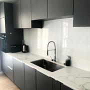 cuisine ouverte haut de gamme noire mate avec plan de travail effet marbre par Cuisine Intérieur Design Toulouse