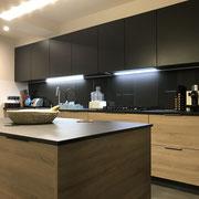 Cuisine noire mate et bois haut de gamme avec îlot par Cuisine Intérieur Design Toulouse