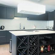 cuisine ouverte haut de gamme noire mate avec îlot plan de travail effet marbre et cave à vin par Cuisine Intérieur Design Toulouse