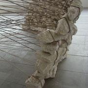 """"""" VESTIGE """". 3 m X 1,50 m. (pierres calcaire, cordes en chanvre ). ( Voiron ,2014)."""