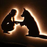 fertiges Wandbild beleuchtet schräg im Dunkeln