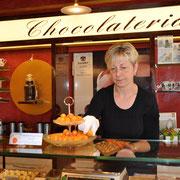 """Оранжевые с позолотой шоколадные конфеты были сделаны специально в честь визита королевской четы из Нидерландов. Foto Victoria Shkarovskaya. Репортаж """"АиФ.Европа"""" из Висбадена."""