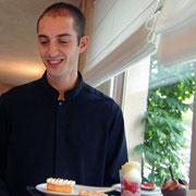 Vincent au service des desserts