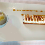 Nouvelle version de la tarte au citron dans une tuile croustillante, une crème au citron meringuée, sorbet citronnelle