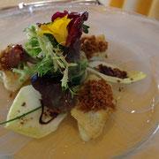 L'anguille : Le filet poêlé, mie de pain dorée aux graines de céleri, une salade assaisonnée d'une vinaigrette à l'échalote