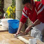 Démonstration de cuisine alsacienne : préparation de la Fleichnacka (Roulé de viande à la châtaigne)
