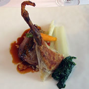 Demi pigeon du Mont Royal rissolé, sa cuisse croustillante, huile infusée d'herbes, fenouil émincé, citron gingembre
