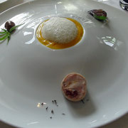 Déclinaison autour du lapin, foie, rognon et rable farci, crèmes de petits pois et de carottes, jus de coques