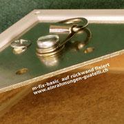Bildaufhängungs-System; D-Ringöse auf Deha-Wechselrahmen fixiert. Einfaches Aufhängen bei Bilderschiene. einrahmungen-guatelli.ch