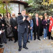 Ahmet Taner Kışlalı'yı katledildiği yerde, evinin önünde anma töreninde konuşurken (2007)