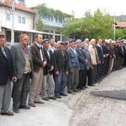 Kasabamız halkından buyıl Hacca gidecek olan Aynalıların OSMAN BAY ve eşi Kamile BAY için Aşağı Cami önünde uğurlama töreni yapıldı. 15.10.2010