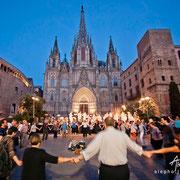 Baile de Sardanas frente a la Catedral de Barcelona. Serie BCN Moments