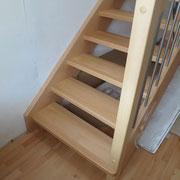 Halbgestemmte Holztreppe aus Buche keilgezinkt