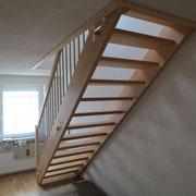 Halbgestemmte gerade Holztreppe