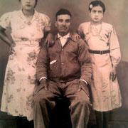 al centro el señor Amado Martinez Castañeda, de lado izquierdo su hija Sofia Martinez a los 21 años, de lado derecho su hija Luz Martinez Juarez a la edad de 12 años (doña Luz)  Año: 1940, RESTAURADA
