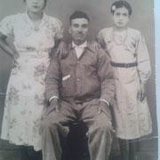 al centro el señor Amado Martinez Castañeda, de lado izquierdo su hija Sofia Martinez a los 21 años, de lado derecho su hija Luz Martinez Juarez a la edad de 12 años (doña Luz)  Año: 1940