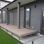ガーデンデッキは耐光性の高い樹脂タイプ
