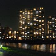 隅田川越しに見る夜のマンション