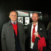 Col papà di Diabolik, Enzo Facciolo vicino ad alcune sue tavole originali