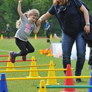 Begleitet von Mama Nadine meistert Frederike (4) aus Kaulsdorf den Hindernisparcours mit Bravour.