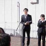 13時に開会。今回の司会は新海直人アナウンサー(左)と川端茜アナウンサー(右)、それに舘川アナウンス部チーフが務めた。