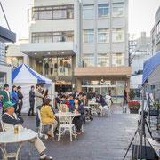 晴天の下で始まったストキャンも午後から次第に建物の日陰に入ったが、夕方から再び日本酒と演奏を求める観客でにぎわった。