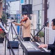 web-KURS有志の尾藤康博(バイオリン・左)と木村洸(ピアノ・右)。