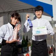 2年ぶりにご協力いただいた学生バー「4etrapot」(テトラポット)。石川県酒造組合連合会よりご提供いただいた日本酒のほかにも、カクテルやソフトドリンクを振る舞い、スタンドに並ぶ人の列は絶えなかった。