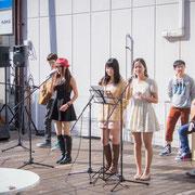 アコースティック系の留学生バンド「つばさ」の皆さん。日本語・中国語・英語の3ヶ国語であわせて10曲を披露し、また留学生の聴衆も多く訪れた。