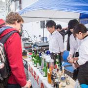 県内外から、また外国人のお客様も日本酒を試飲。