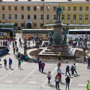 der Senatsplatz mit der Statue Alexanders II.
