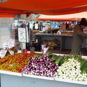 ein Obststand auf dem Marktplatz