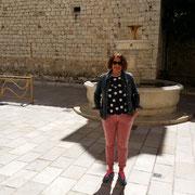 vor dem Brunnen an der Kirche