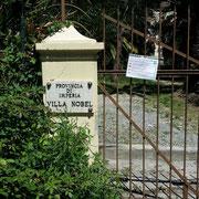 am Tor zum Anwesen von Alfred Nobel