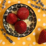 Erdbeeren ergänzen sich gut mit dem vanilligen Aroma der Tonkabohne