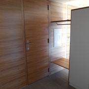 Trennwand mit integrierter raumhoher Türe