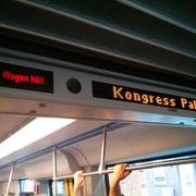 E1NS: Morgens zusammen in der Bahn, tagsüber zusammen im Palais, abends zusammen in der Bahn, nachts zusammen in den Schulen.