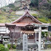 龍御前神社 上にあるのが昔の本堂、がけの下にあります。