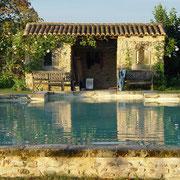 la piscine au château médiéval de Tennessus