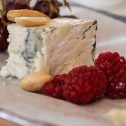 Käse und Himbeeren