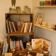 陶器の作品とならぶ本です。