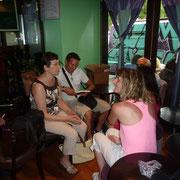 """Le public venu assiter à la dédicace du 10 juillet au restaurant """"Sur un R de Flora"""""""